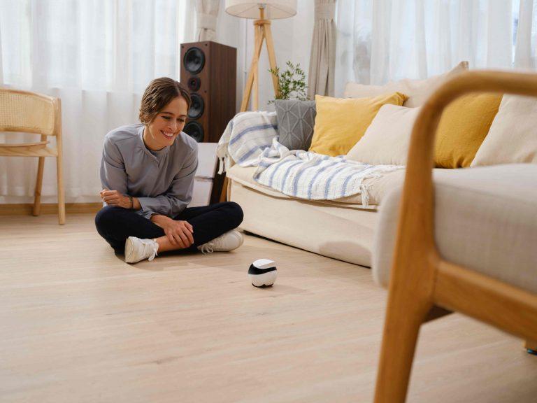 EBO SE - living room with mom -2